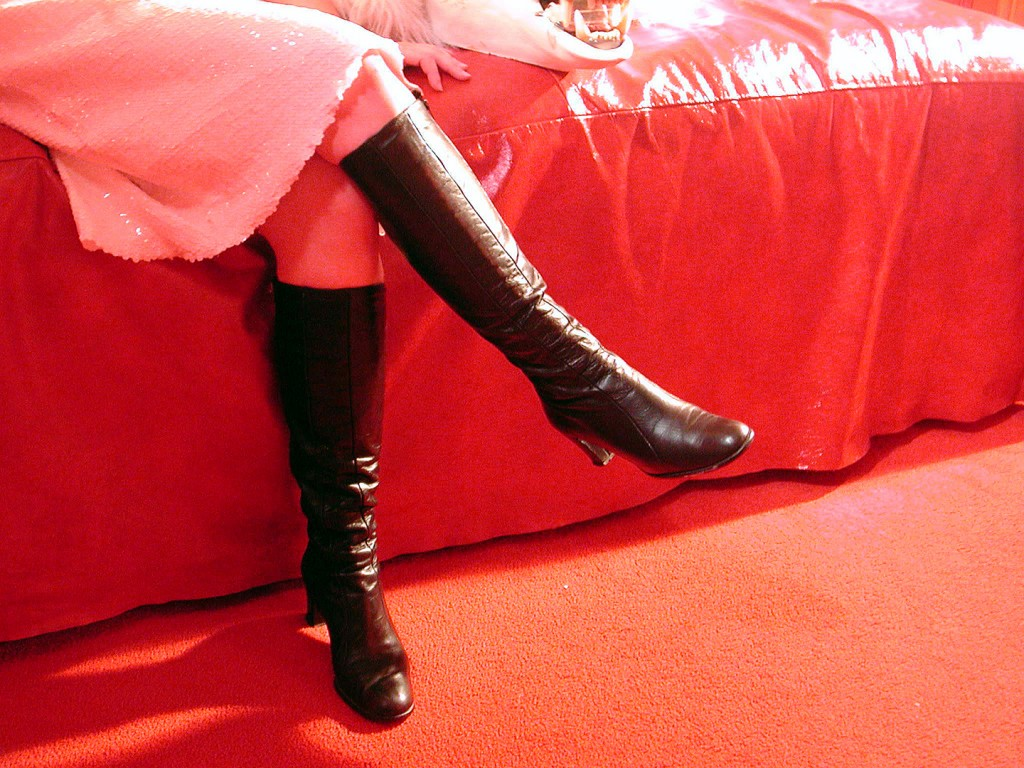 How to wear black high heeled boots